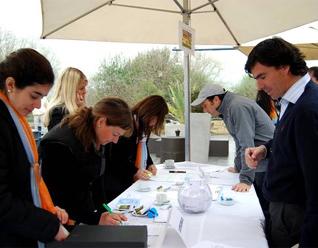 Las voluntarias de la Fundación Mano Amiga durante la inscripción de los participantes.