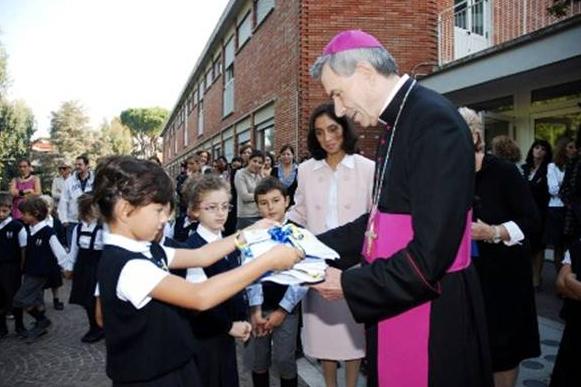 Mons. Paolo Schiavon recibe las cartas que le escribieron un grupo de niños de primaria.