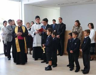 D. Joaquín María López de Andújar, obispo de Getafe, al momento de bendecir las instalaciones del colegio. Atrás se encuentra el P. Jesús María Delgado, L.C.