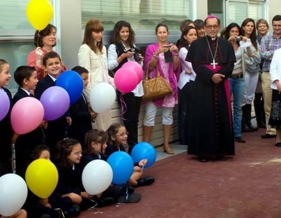 Alumnos de primaria que este año recibirán su primera Comunión dieron la bienvenida al obispo, D. Joaquín María López.