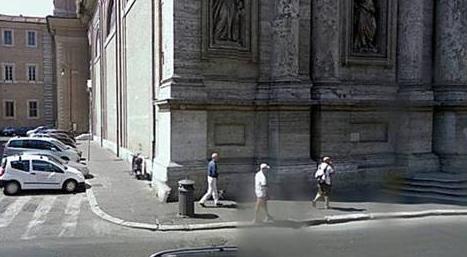 Fachada del edificio donde se encuentra la nueva sede del Colegio Sacerdotal Juan Pablo II (a la izquierda al fondo).  Enseguida se encuentra la Iglesia de Sant�Andrea della Valle.