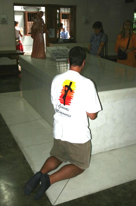 Un missionario raccolto in preghiera sul sepolcro della Beata Madre Teresa di Calcutta.