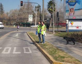Voluntarias del Colegio Cumbres de Santiago ayudando con su tiempo para recolectar fondos para hacer realidad el 4º Colegio Mano Amiga.
