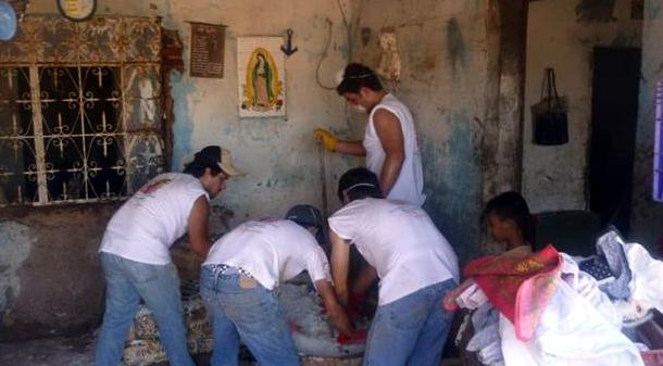 Jóvenes de Juventud Misionera en la ayuda humanitaria a las zonas afectadas por los huracanes.