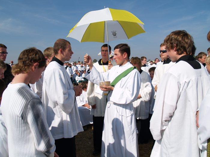 &quot;El P. Ji?&iacute; reparte la comuni&oacute;n a un grupo de monaguillos durante la celebraci&oacute;n eucar&iacute;sitca presidida por el Papa Benedicto XVI, el 27 de septiembre 2009 en su ciudad natal de Brno, Rep&uacute;blica Checa.<br>&quot;