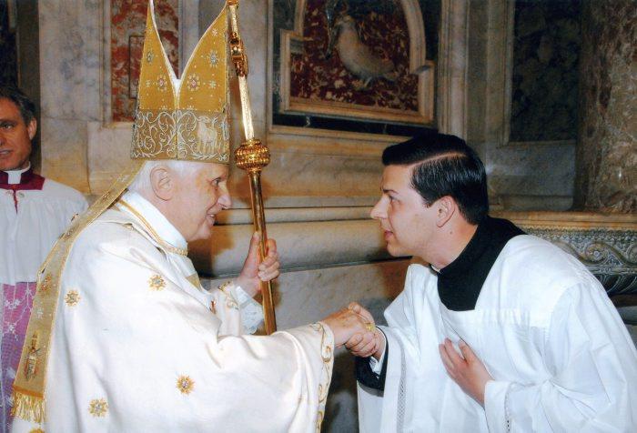 El P. Clayton saluda al Santo Padre después de haber acolitado en la Vigilia Pascual de 2009.