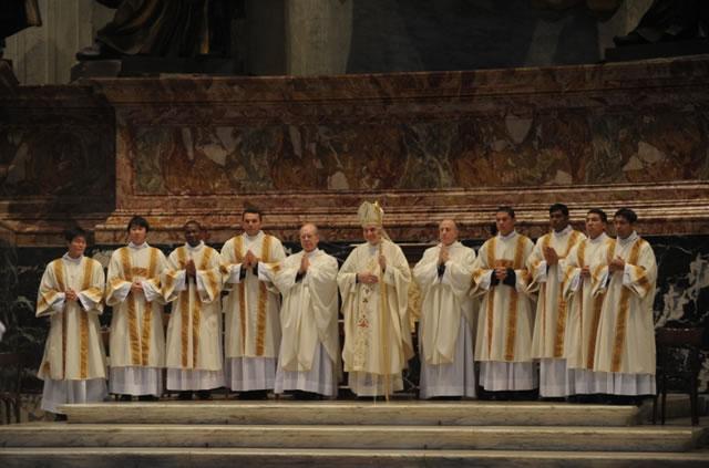 Los 8 diáconos con el Card. Angelo Comastri, y los PP. Florian Rodero (a la derecha del cardenal) y Juan Manuel Dueñas (a la izquierda del Cardenal), L.L.C.C.
