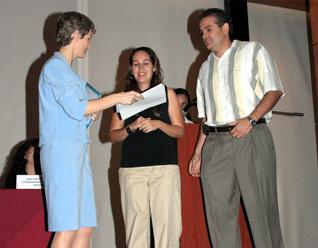 Nilda Treviño de Flores y Sergio Flores, reciben un reconocimiento de manos de Miss Cathie Zentner.