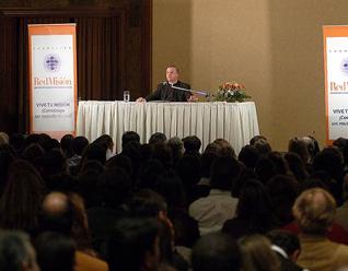 El P. Ángel Espinosa de los Monteros durante una de sus conferencias en Chile.