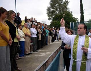 El P. Fernando Fernández González, L.C., director del Instituto Andes, bendiciendo a las familias.