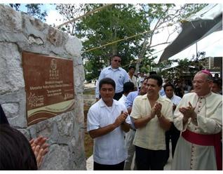Mons. Pedro Pablo Elizondo junto con las autoridades gubernamentales de Quintana Roo develaron la placa del nuevo Colegio Mano Amiga Cancún.