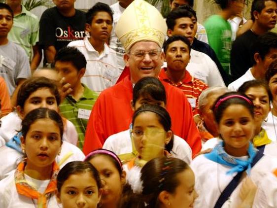 Mons. Pedro Pablo Cárdenas, L.C. con jóvenes misioneros en la misa de envío de la Prelatura de Cancún-Chetumal.