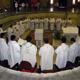 Sacerdotes que participaron en la 9ª Renovación sacerdotal en Tierra Santa concelebrando en la Basílica de la Anunciación.