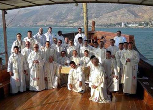 Los sacerdotes después de la concelebración eucarística en el Lago de Tiberíades.