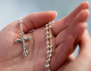 rosario en mano
