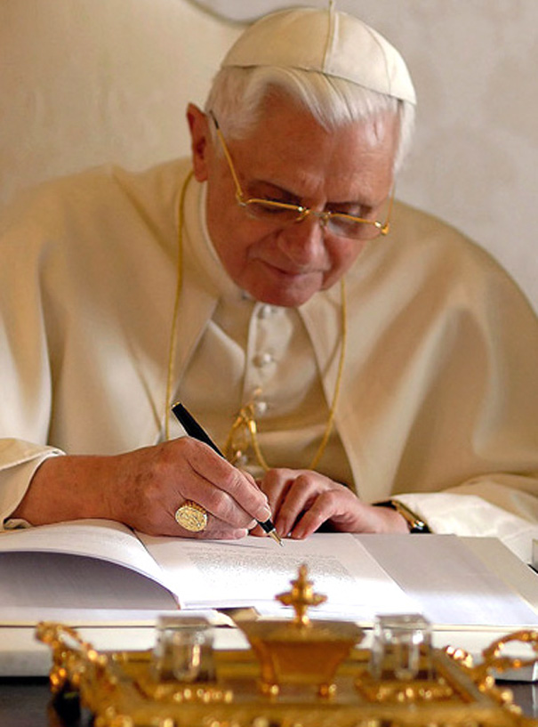 El Papa Benedicto XVI firma la nueva enc&iacute;clica Spe salvi.