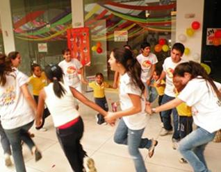 Voluntarios de Soñar Despierto comparten su día con niños de escasos recursos.