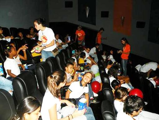 Una de las actividades fue la de asistir a una función de cine. Para los niños este fue un día inolvidable.