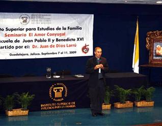 El P. Juan de Dios Larrú durante sus ponencias.