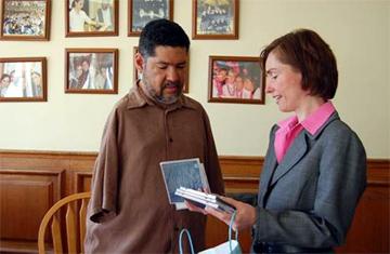 Tony Meléndez  con la directora de la  academia, Kristina Piñero, quien le entrega unos CD´s y un regalo.