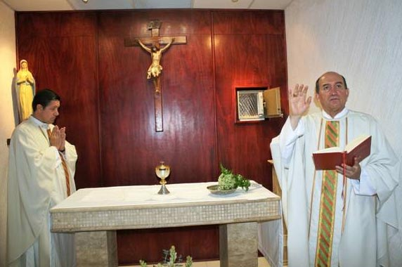 Mons. José Guadalupe Torres bendice la capilla de la UNID. Le acompaña en la ceremonia el P. Juan Carlos Ocejo, L.C.