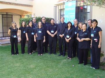 El equipo de Familia Unida en Irapuato que organizó la renovación matrimonial, junto con el P. José Luis Moreno, L.C.