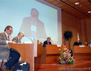 Cuatro profesores universitarios e intelectuales españoles discutieron sobre la pretensión divina de Jesús de Nazaret.