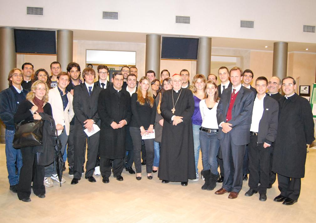 Il Cardinale Vallini con una parte degli studenti del primo anno dell�Università Europea di Roma, accompagnati dal Rettore, dal Segretario Generale, dal Cappellano e da alcuni docenti e collaboratori