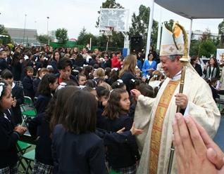 Mons. Víctor Sánchez saluda a los alumnos después de celebrar la misa.