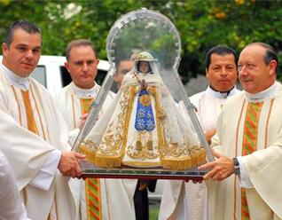 Los padres recibieron la imagen de la Virgen de Zapopan en el centro de la sección del Regnum Christi en la zona Norte de la ciudad de Guadalajara.