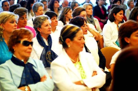 Entre las asistentes se pudo percibir un fervor especial ante la visita de la imagen de la Virgen.